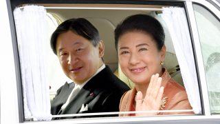 El emperador Naruhito, junto a su esposa la princesa Masako, que saluda desde el coche/Gtres