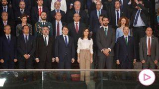 La reina Letizia presidiendo el encuentro, rodeado del resto de autoridades/Gtres