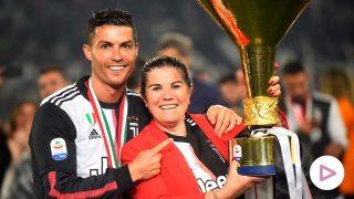 Cristiano Ronaldo junto a su madre después de ganar  espués de ganar el trofeo del título de fútbol de la Serie A, en el estadio Allianz, en Turín, Italia, 2019/ GTRES