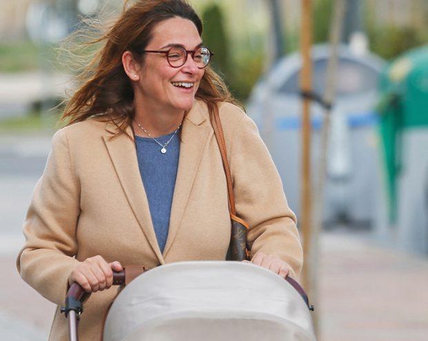 Toñi Moreno paseando a su pequeña Lola por las calles de Madrid / GTres