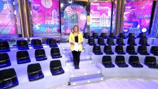 Carlota Corredera mostrando las gradas vacías del plató de 'Sálvame' / Telecinco