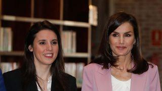 La reina Letizia e Irene Montero durante el acto / Gtres
