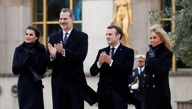 Los Reyes con la familia Macron en París en el día de ayer / GTres