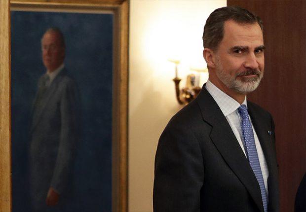 Felipe VI con un retrato de su padre don Juan Carlos / GTres