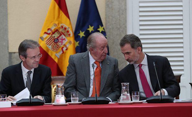Felipe VI y su padre don Juan Carlos en un acto presencial / GTres