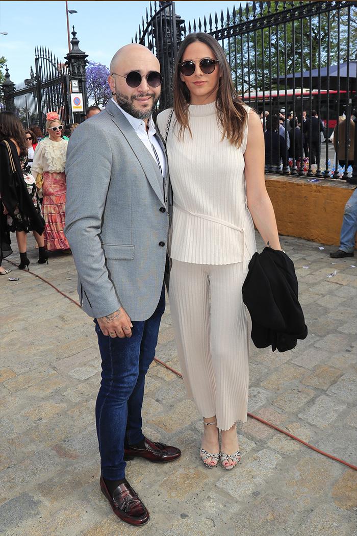 Kiko Rivera e Irene Rosales el año pasado al llegar a la Feria muy sonrientes. Por aquel entonces el DJ evitó verse con su hermana Chabelita / GTRES