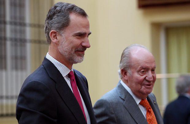 El actual rey con su padre durante un acto institucional / GTres