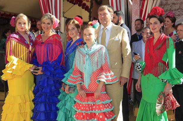 Máxima de Holanda apareció por sorpresa en la Feria de 2019 con toda su familia. De hecho, ella y Guillermo volvieron al escenario donde se conocieron hace veinte años para rememorarlo y disfrutar con sus hijas de la música y del color sevillano / GTRES