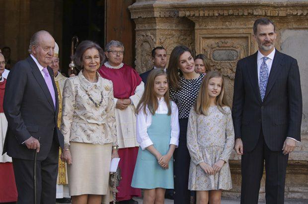 Aquel acto a la salida de la misa de Pascua de Resurrección en Palma, donde saltó el rifirrafe entre doña Sofía y doña Letizia / GTRES