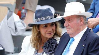 la Infanta Elena y el rey Juan Carlos en la final de 'Ronald Garros' en Paris, 2019./GTRES