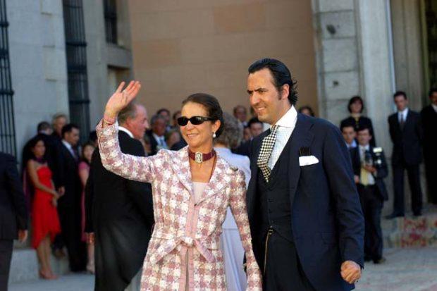 Elena de Borbón y Jaime de Marichalar saludando a la gente que les esperaban a las puertas de la iglesia. Imagen de archivo / GTRES