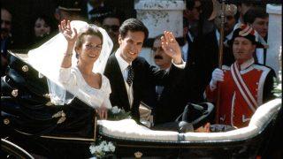 BODA DE LA INFANTA ELENA DE BORBON Y JAIME DE MARICHALAR EN LA CATEDRAL DE SEVILLA EN LA IMAGEN LOS NOVIOS SALUDANDO MONTADOS EN UN COCHE DE CABALLOS, 1995./ GTRES