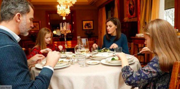 La familia real en una imagen del vídeo que publicaron con motivo del 50 aniversario del rey Felipe VI/Casa Real
