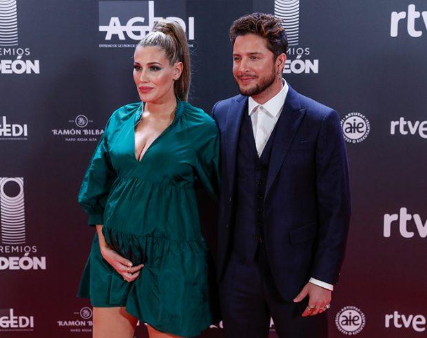 Almudena Navalón y Manuel Carrasco durante la gala de los '40 Principales' a la cual, la periodista asistió embarazada de su segundo hijo / GTRES
