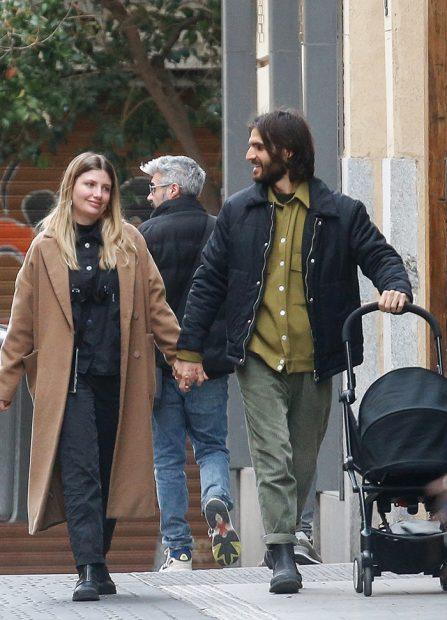 Miriam Giovanelli y su marido paseando por las calles de Madrid con su primera hija / GTRES