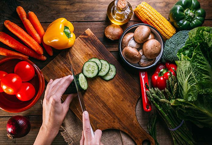 Cocina con frutas y verduras de temporada