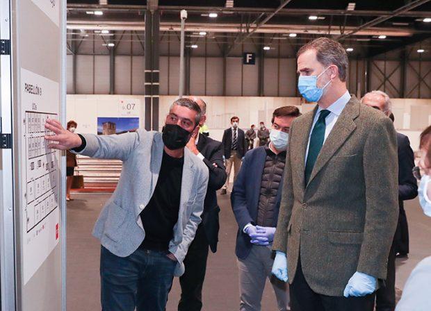 Con mascarilla y guantes: Así ha sido la visita del rey Felipe al hospital para enfermos de coronavirus de Ifema