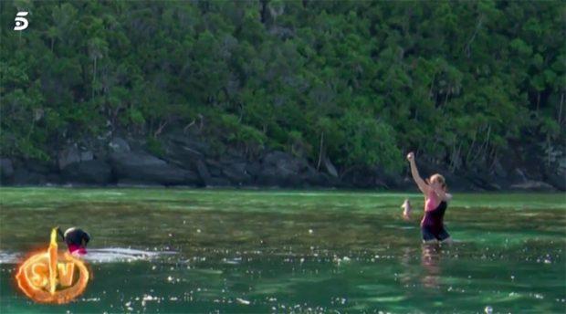 Ana María Aldón pescando su primer pez en 'Supervivientes'/Telecinco