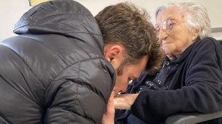 Fonsi Nieto se despide de su abuela, la madre de Ángel Nieto