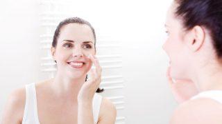 Una correcta limpieza facial es fundamental para conseguir una piel luminosa. / Gtres