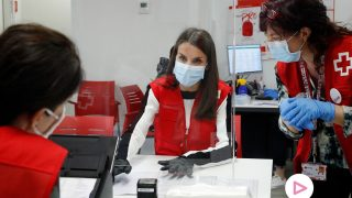 La reina Letizia, colaborando con la Cruz Roja / Gtres