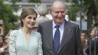 La reina Letizia y el rey Juan carlos en una imagen de archivo / Gtres