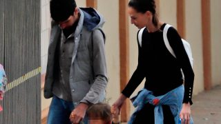 va González y Cayetano Rivera ya han retomado sus paseos familiares junto a su hijo / Gtres