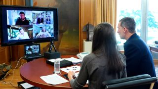 Don Felipe y doña Letizia charlan con representantes de la música española / Gtres