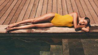 ¿Es seguro probarnos el bikini con la tira de plástico?