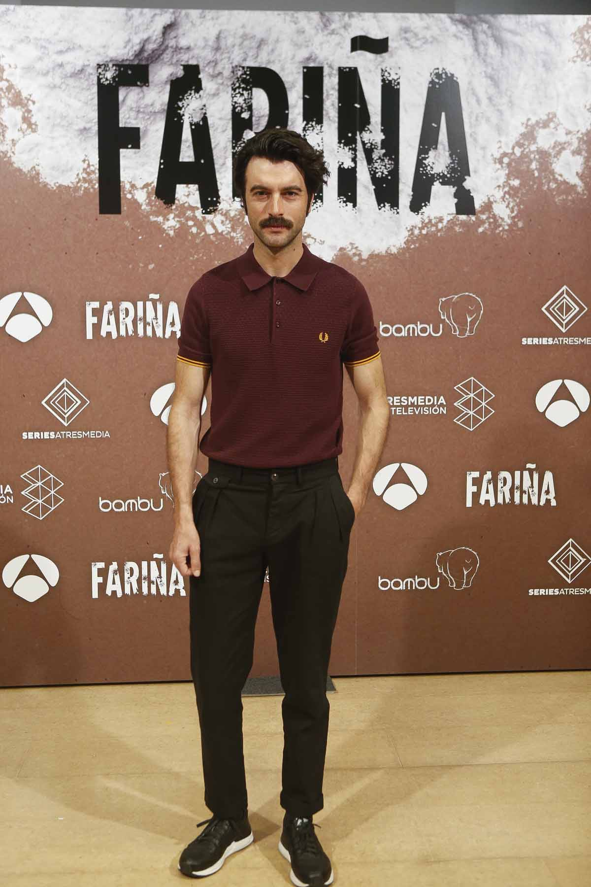 Javier Rey apostó por un polo burdeos para la premiere de 'Fariña' / GTRES