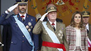 Los reyes junto a Don Juan Carlos en una imagen de archivo / Gtres