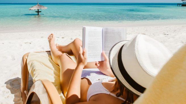 5 libros de autoayuda para leer este verano en la playa
