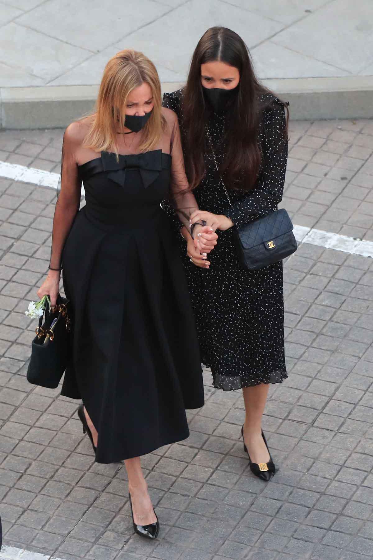 Ana Obregón junto a Carolina Monje, novia de Álex Lequio, en el día del funeral del joven / GTRES