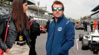 Fernando Alonso y Linda Morselli, en un circuito de F-1 / Gtres