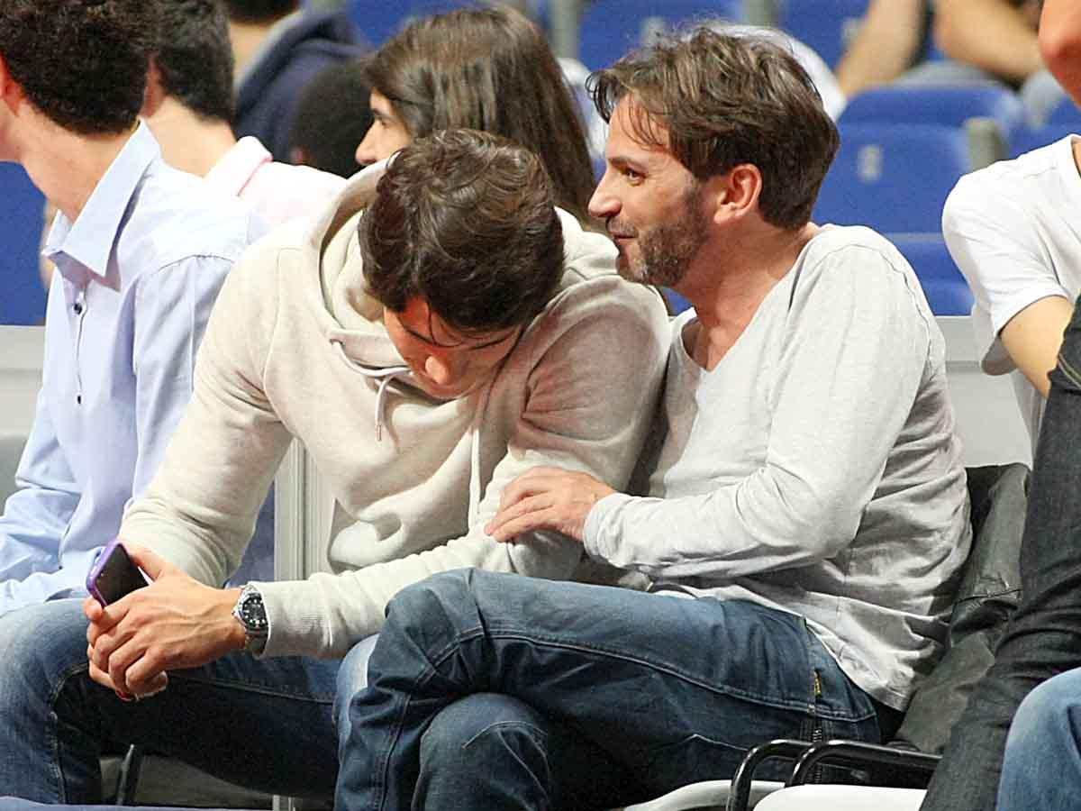 Fernando Tejero y Pablo Castellano disfrutando de un partido de baloncesto en 2013 / GTRES