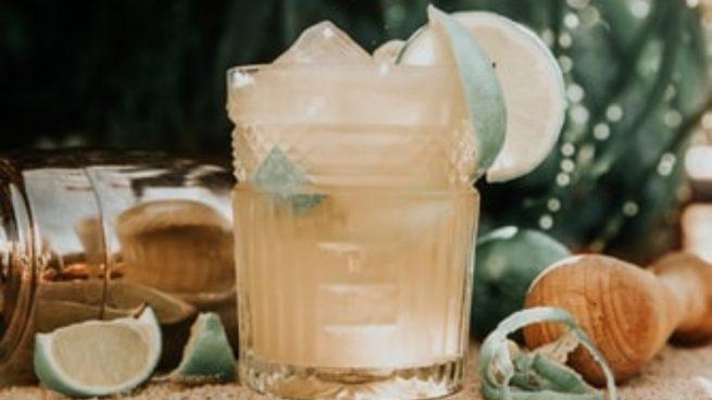 Receta del cóctel brasileño más refrescante del mundo, la caipirinha