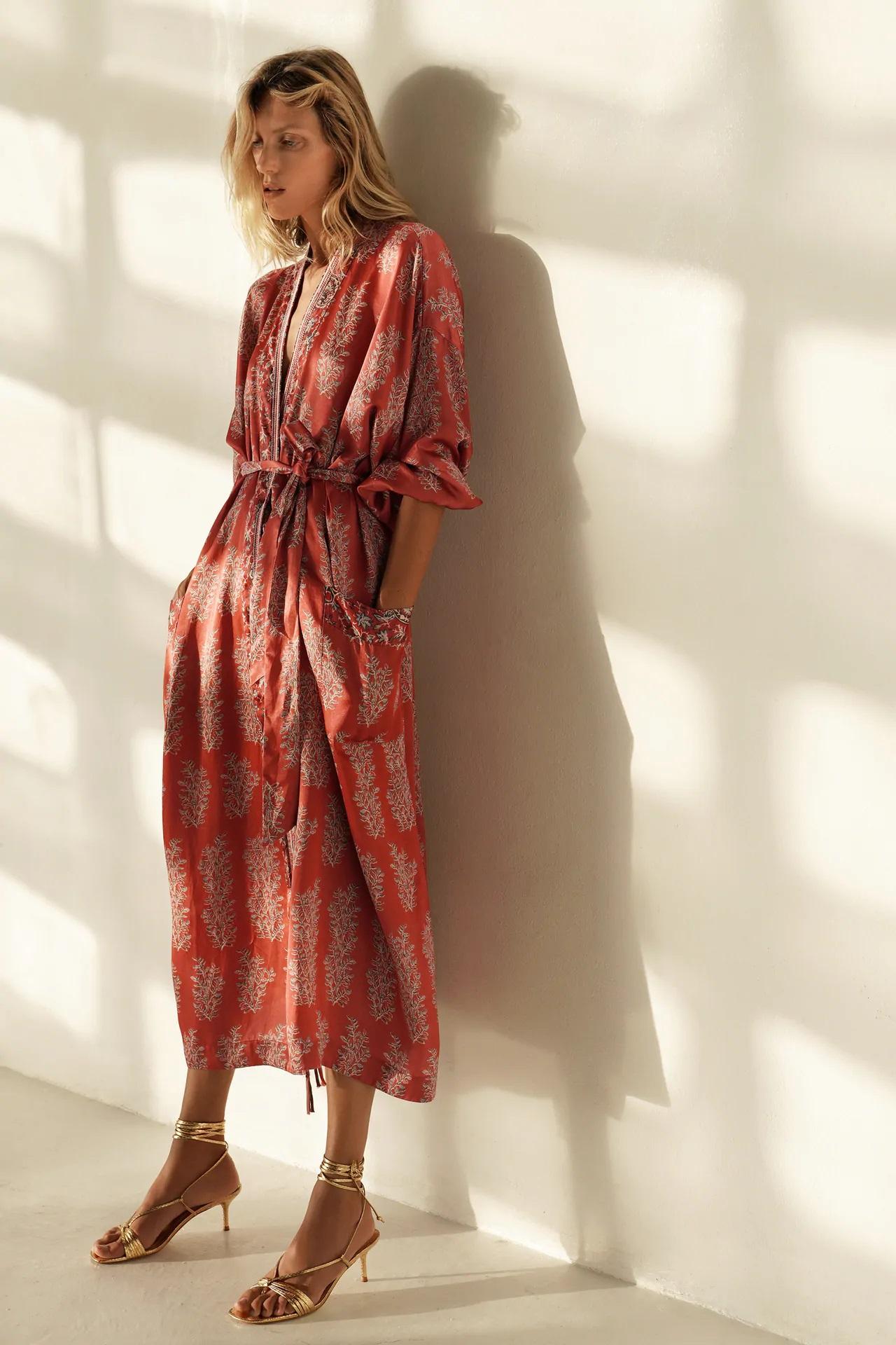 Zara tiene un kimono para llevar como vestido, túnica o chaqueta digno de una geisha