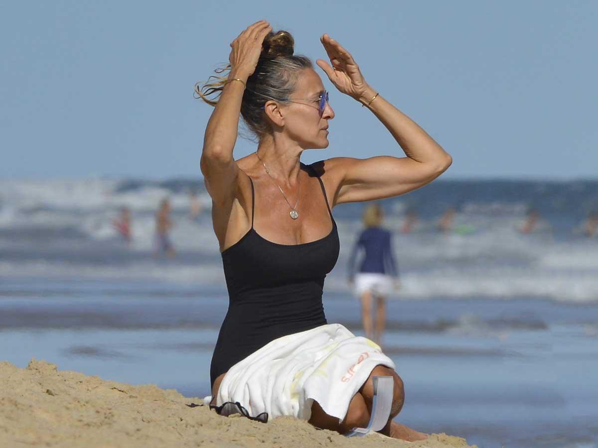 Sarah Jessica Parker ha convertido sus ratitos sola en la playa en una rutina de lo más relajante / GTRES
