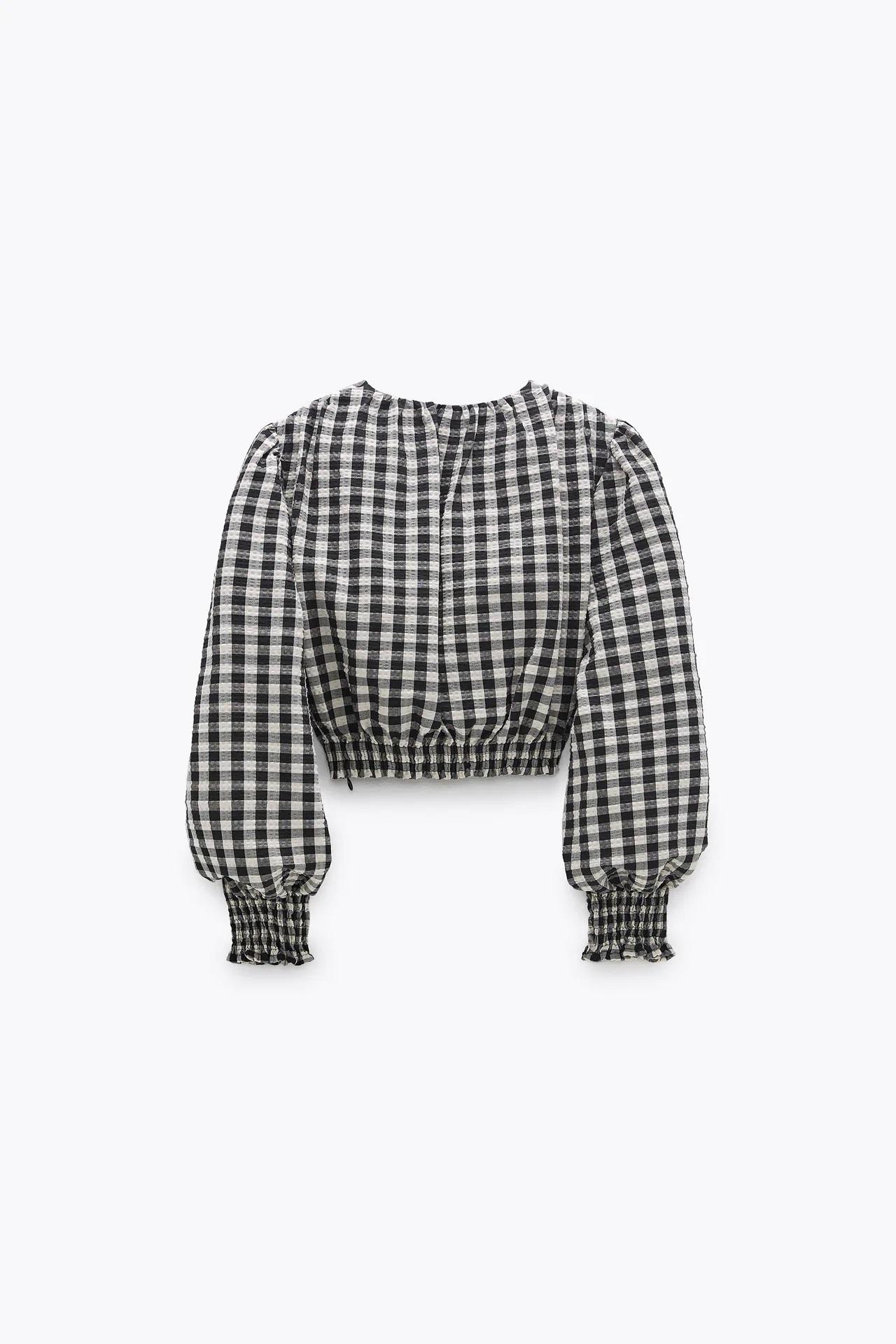 Amelia Bono se apunta a la moda de los cuadros Vichy con esta blusa de Zara