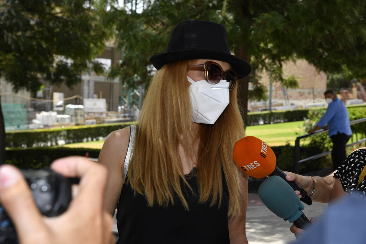 Beatriz Trapote fue de las pocas personas que atendió a la prensa tras la muerte de su suegro, Humberto Janeiro / GTRES