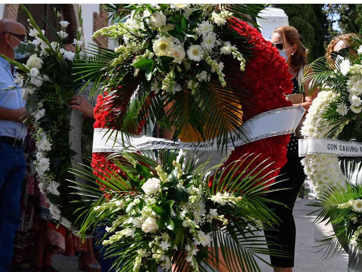 Carmen Bazán mandó una enorme corona de flores rojas al entierro de su exmarido, Humberto Janeiro, pero ella no hizo acto de presencia / GTRES
