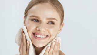 La limpieza facial debe formar parte de tu rutina de noche