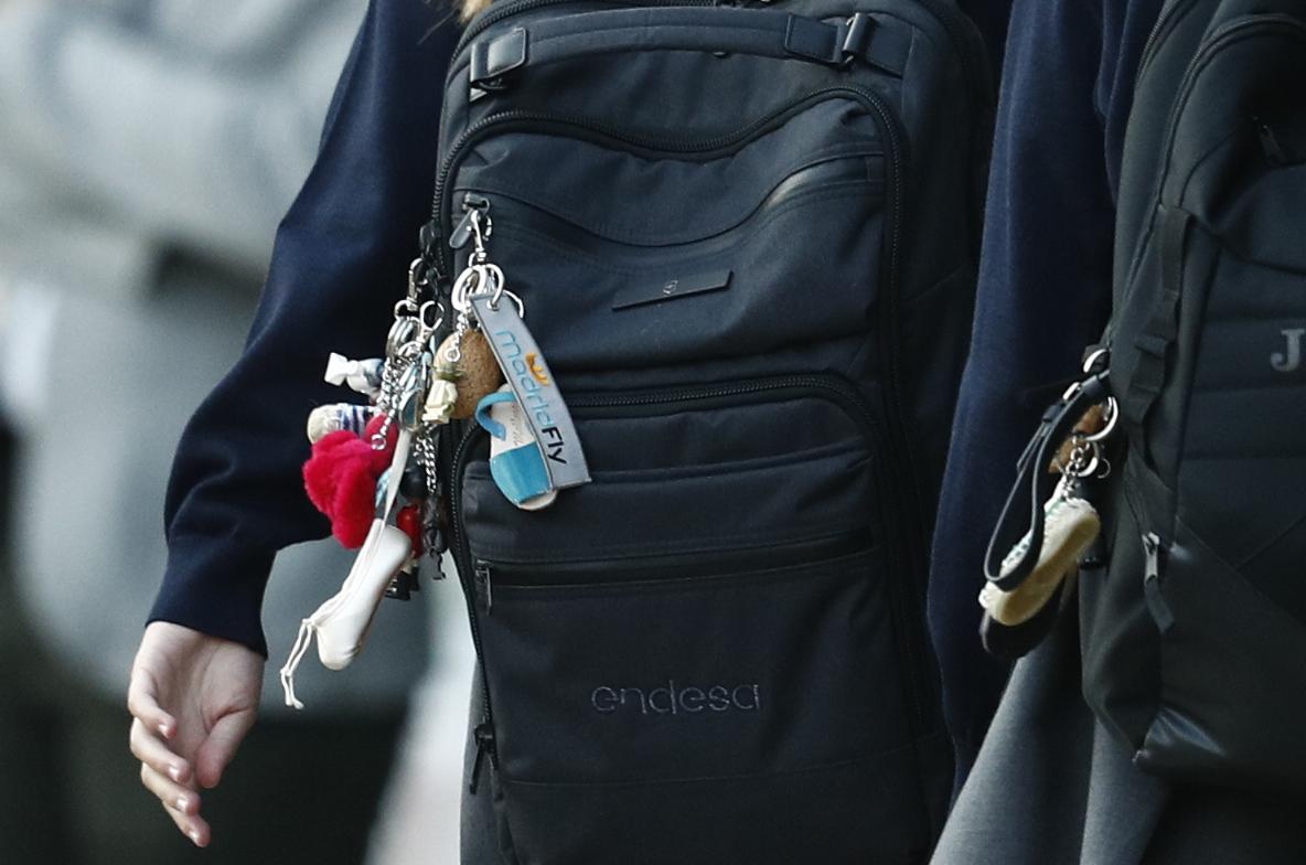 La princesa y la infanta han decorado sus carteras con dos manojos de llaveros / GTRES