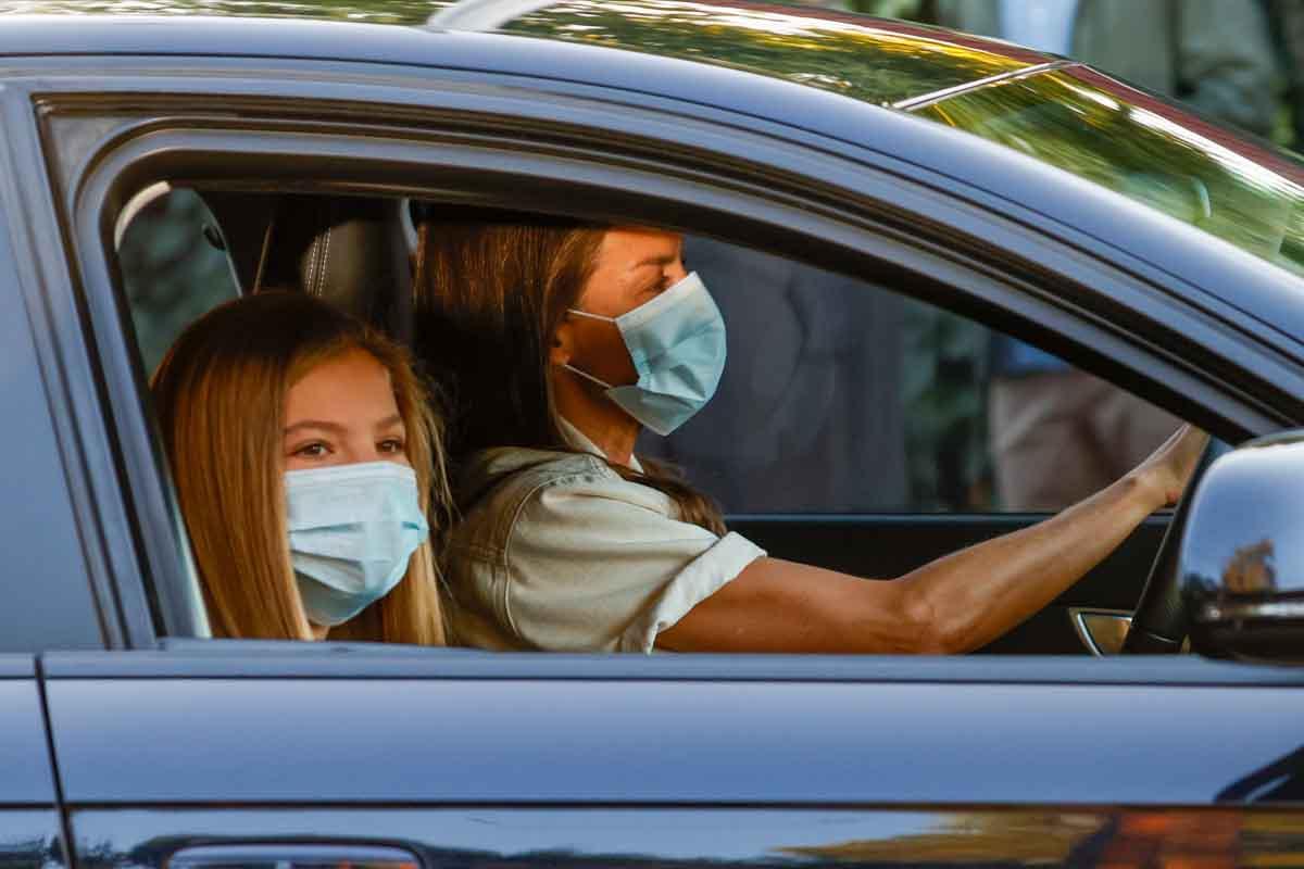 La infanta Sofía ha llegado al colegio en un coche conducido por su madre, la reina Letizia / GTRES