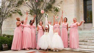 Las damas de honor juegan un papel muy importante en las bodas