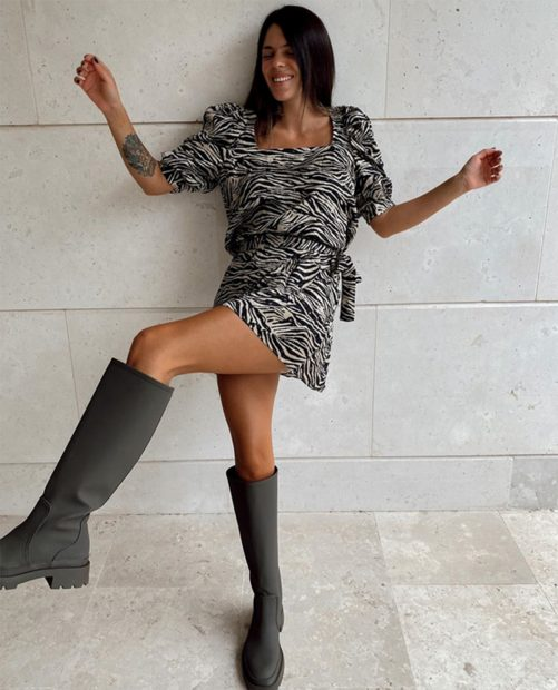 Laura Matamoros con un vestido estampado y botas de Zara/ Instagram @_lmflores