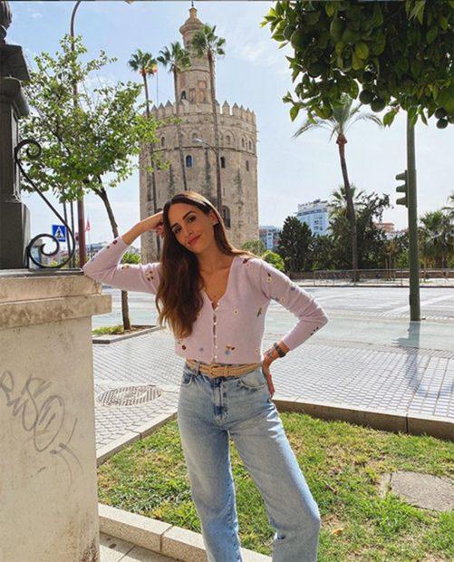 Rocío Osorno con un cárdigan morado y un jeans/ Instagram @rocio0sorno