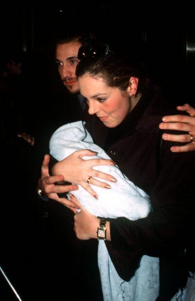 Rocío Carrasco junto a Antonio David con su hijo recién nacido en 1998/Gtres