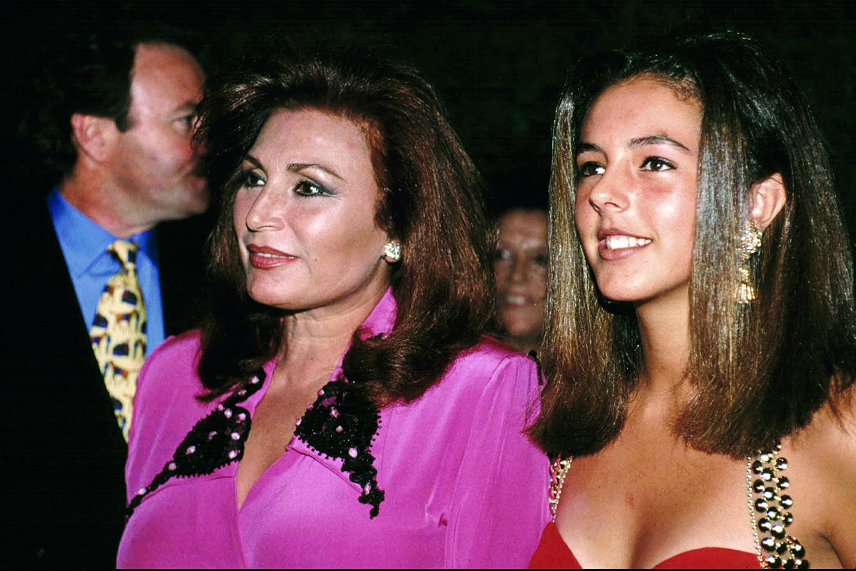 Rocío Jurado junto a su hija Rocío Carrasco durante un acto en Madrid en 1990/Gtres
