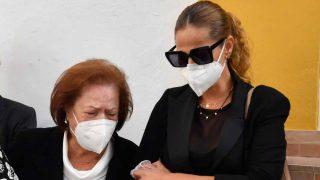Pastora Soler se ha volcado en su madre durante el último adiós a su progenitor / Gtres